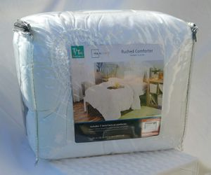 Twin/Twin XL comforter set. Brand new never used for Sale in Kissimmee, FL