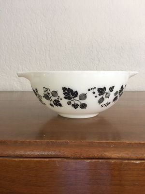 Pyrex bowl, gooseberry design, 2 1/2 quart size for Sale in Plantation, FL