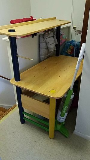 Kids desk $20 pick up in naugatuck or just tossing it Sunday 3/31 for Sale in Naugatuck, CT