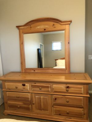 Broyhill queen bedroom set with nightstands and dresser for Sale in Rancho Cucamonga, CA