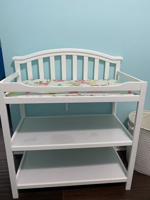 Changing table with changing pad for Sale in Chicago, IL