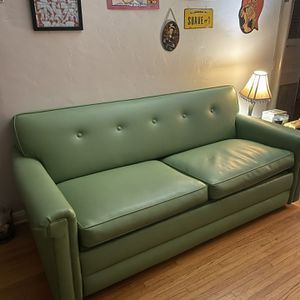beautiful Vintage Green Couch Pull Out Sleeper for Sale in Long Beach, CA