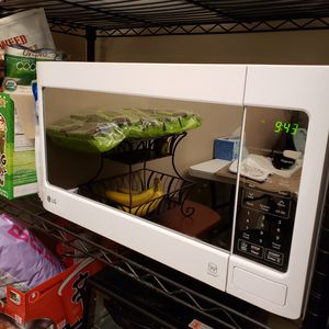 LG - 1.4 Cu. Ft. Mid-Size Microwave - Smooth White for Sale in West Hollywood, CA