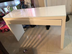 White computer desk w glass top for Sale in West Palm Beach, FL