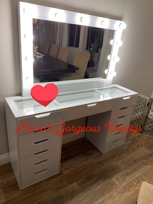 New Makeup Vanity with Mirror and lightbulbs Slay Station not impressions Vanity for Sale in South Gate, CA