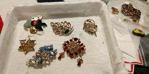 A JUNK LOT OF BROACHES FOR CRAFTERS for Sale in Fort Worth, TX