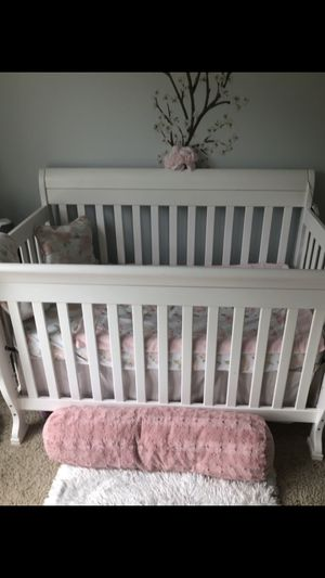 Beautiful babies crib with bedding need to sell ASAP moving this week for Sale in Cumming, GA