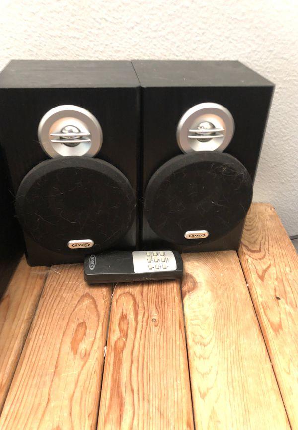 Vinyl turntable with speakers