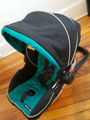Car seat for new borns for Sale in Grosse Pointe Park, MI