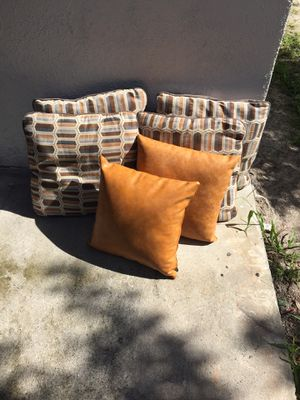 6 pillows for Sale in Tampa, FL