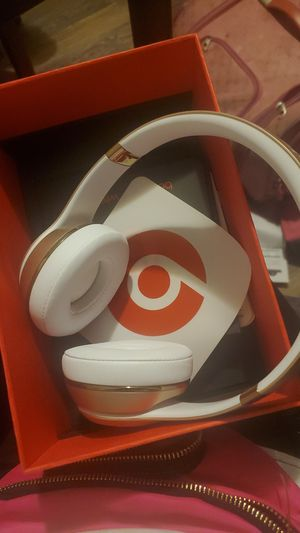 Beats Solo Wireless - Gold for Sale in Los Angeles, CA