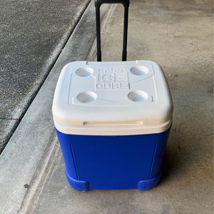 Igloo / Cooler/ Cooler With Wheels / Cooler With Handle And Wheels for Sale in San Antonio, TX