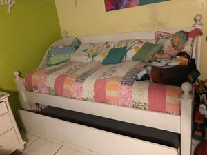 Wooden twin Daybed with trundle for Sale in Hialeah, FL