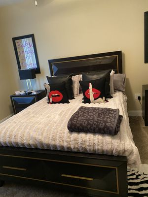 Queen size bed room set for Sale in Chandler, AZ