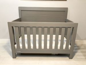 Simmons Kids SlumberTime Rowen by Delta 4-in-1 Convertible Baby Crib, Mattress included. for Sale in Hialeah, FL