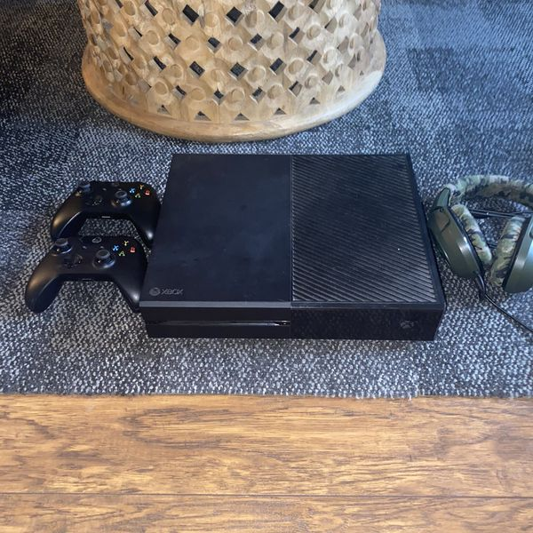 Xbox One 500 Gb With Headphones And 5 Games Included