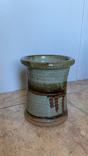 Green, brown and orangish Vase for Sale in Smithville, MS