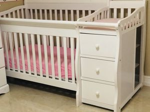 Crib with changing table (mattress included) for Sale in Deerfield Beach, FL