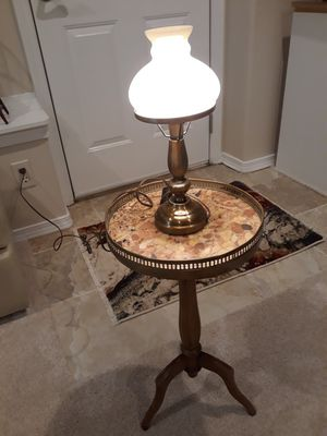 Lovely side table & lamp for Sale in Tacoma, WA