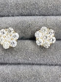14k 1kart Flower Vs Diamond Earing for Sale in Anaheim,  CA
