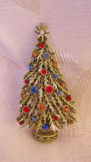 """VINTAGE CHRISTMAS TREE PIN. DESIGNER NAME IS """"Art"""" very very good condition for Sale in Milford, OH"""