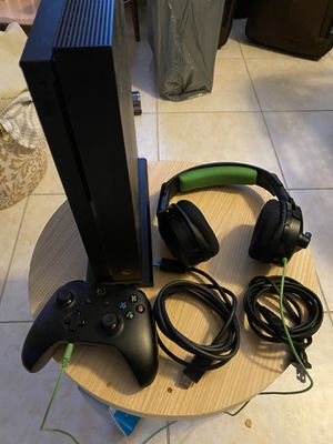Xbox One X with Controller and Headset for Sale in Fort Lauderdale, FL