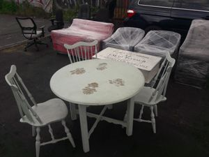 """Dining round table with a diameter of 42"""" and 3 luxurious chairs. Real wooden. for Sale in Los Angeles, CA"""
