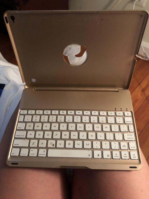 2017 lightly used 64 gb iPad+Bluetooth keyboard case