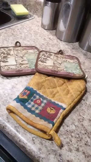 2 pot holders and oven mitt for Sale in Lexington, KY