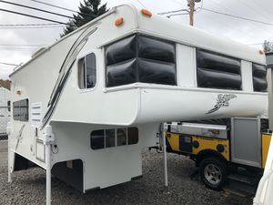 2004 S&S Ponderosa 8.5' Truck Camper w/ Bathroom *SUPER CLEAN* for Sale in Portland, OR