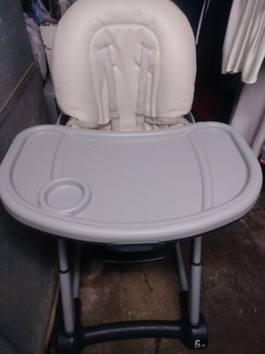 6 in 1 high chair -booster seat- pull to table ect for Sale in Columbus, OH