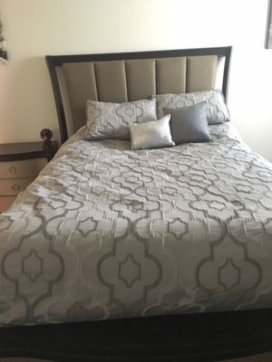 Queen size bedroom set. Looks brand new. Includes night stand, queen bed, dresser and mirror for Sale in Orlando, FL