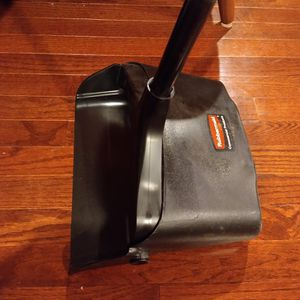 2 Rubbermaid Dustpans for Sale in Fort Washington, MD