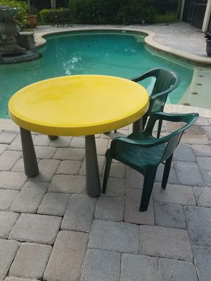 """Table """"Kids Play Table"""" 5 Legged Plastic Table with 2 Hunter Green Chairs. Great for inside or outside for Sale in Orlando, FL"""