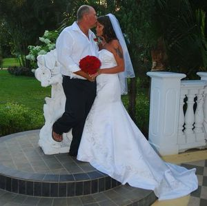 Wedding dress and Vail for Sale in Riner, VA