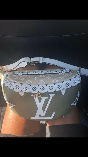 Authentic Louis Vuitton monogram bumbag for Sale in Miami Beach, FL