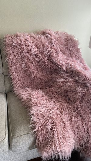 Pink faux fur throw blanket for Sale in South Windsor, CT