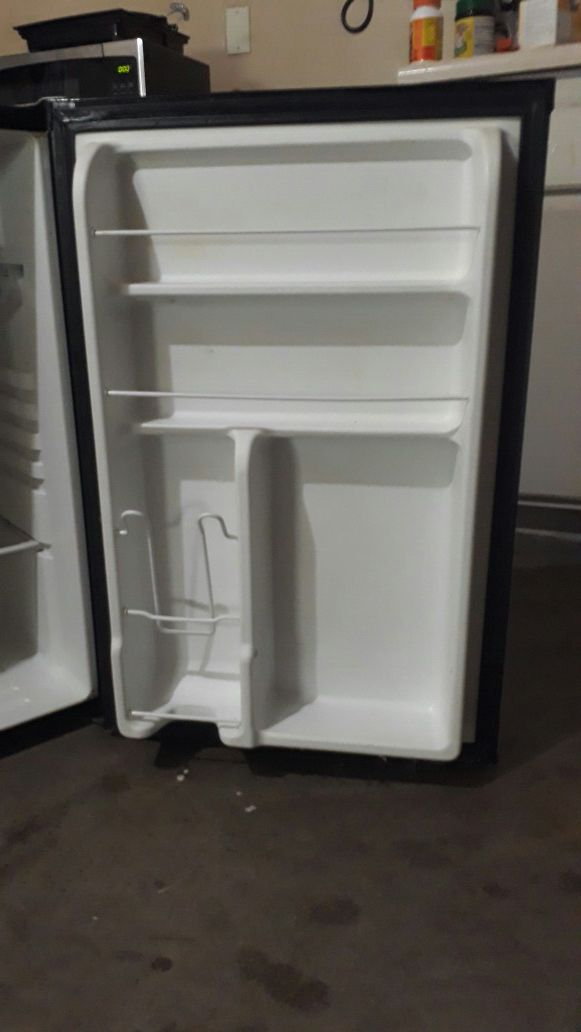 Kenmore mini refrigerator, 4.6 cu ft, model 183