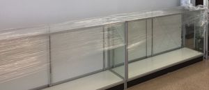 Led light glass showcase with lock and 2 shelves for Sale in Kenner, LA
