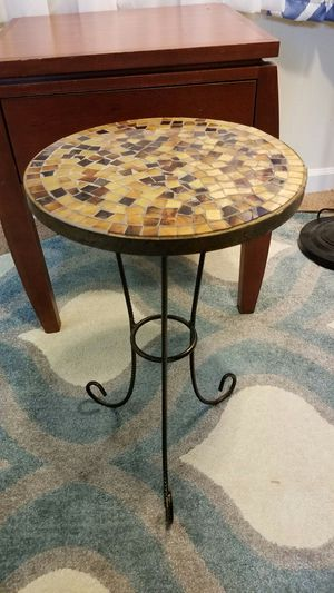Round end table. for Sale in US