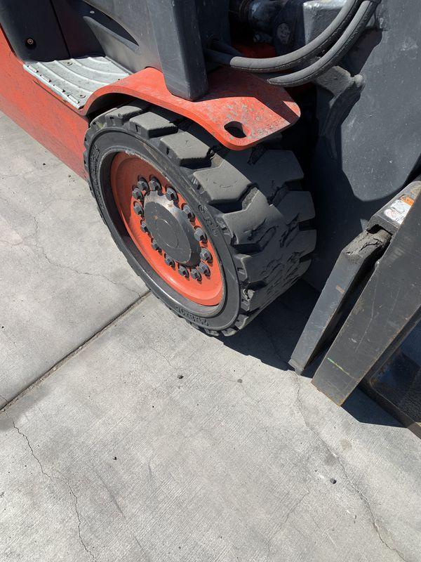 2015 Linde 5000lb forklift treaded tires