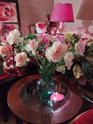 """VINTAGE VASE W/ARTIFICIAL FLOWERS INCLUDED 23"""" NORMAL WEAR. CLEAN $25.00 FIRM ENGLISH-SPANISH for Sale in Mesa, AZ"""