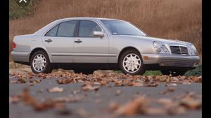 1999 Mercedes Benz E320 for PARTS TRANSMISSION NO GOOD BUT ENGINE IS AWESOME for Sale in Charlotte, NC