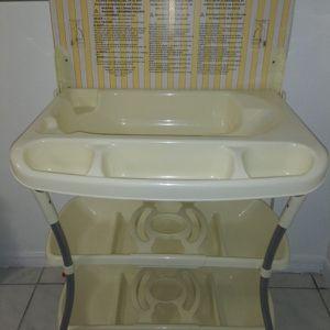 Baby Bath & Change Table/ Bañera Cambiador for Sale in Miami Springs, FL