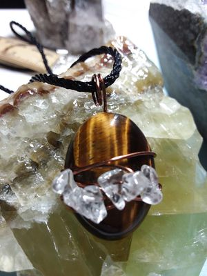 BRAND NEW, Beautiful Tiger's Eye and Clear Quartz Copper Necklace. Nickle and Lead Free. Comes with a gift bag. for Sale in Rancho Cucamonga, CA