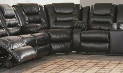 👇$39 Down Payment 👇Vacherie Black Reclining Sectional by Ashley [SPECIAL] for Sale in Brentwood,  MD