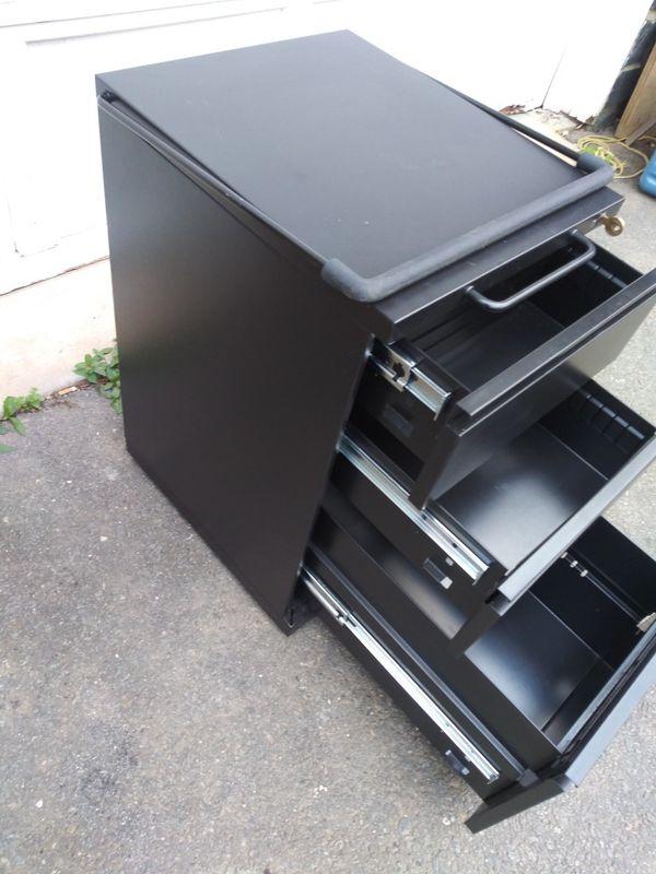 Locking file cabinet