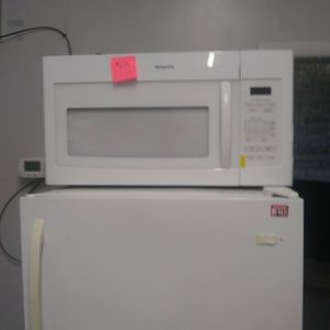 Brand New Hotpoint Microwave Oven With Scratch And Dent for Sale in Elkridge, MD