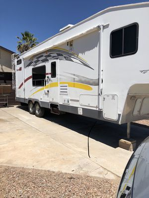 Fifth wheel toy hauler 34 feet excellent shape Fleetwood for Sale in Chandler, AZ