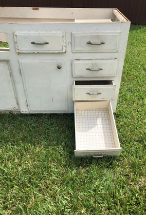 Free free cabinets is free for Sale in Oakland Park, FL
